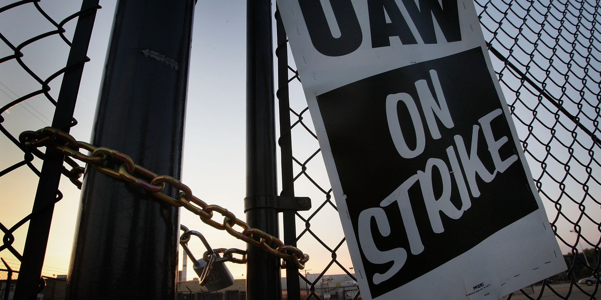 JANESVILLE, WI - SEPTEMBER 24:  A chain and padlock secure a gate to one of the employee parking lots outside the General Motors assembly plant September 24, 2007 in Janesville, Wisconsin. UAW workers at GM plants nationwide walked off their jobs this morning after the union failed to reach agreement on a contract with GM negotiators.  (Photo by Scott Olson/Getty Images)
