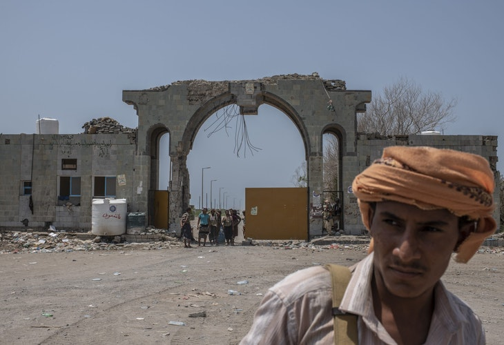 AL-HIMAH, YEMEN - SEPTEMBER 22: Fighters with the Tariq Salah Forces, a militia aligned with Yemen's Saudi-led coalition-backed government, man an outpost a few kilometers from the frontline on September 22, 2018 in Al-Himah, Yemen. A coalition military campaign has moved west along Yemen's coast toward Hodeidah, where increasingly bloody battles have killed hundreds since June, putting the country's fragile food supply at risk. (Photo by Andrew Renneisen/Getty Images)